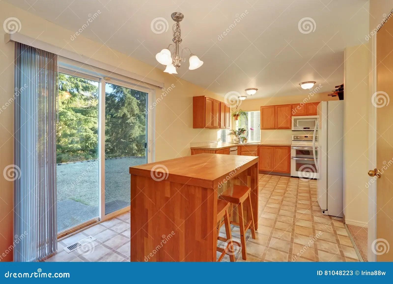 backyard kitchen designs cabinets long island 与高凳和玻璃门的饭厅对后院库存图片 图片包括有厨房 灌肠器 拱道 与高凳和玻璃门的饭厅对后院