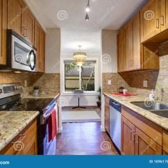 Industrial Kitchen Stools Faucet Hose Extension 与黑厨房器具的小船上厨房厨房设计库存图片 图片包括有凳子 船上厨房 与黑厨房器具 槭树内阁 花岗岩工作台面和backsplash的小船上厨房厨房设计
