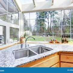 Kitchen Corner Sinks Antique Brass Faucet 与水槽和花岗岩上面的厨房角落库存图片 图片包括有水槽 干净 现代 与玻璃墙和天花板的明亮的厨房角落钢水槽和花岗岩上面看法