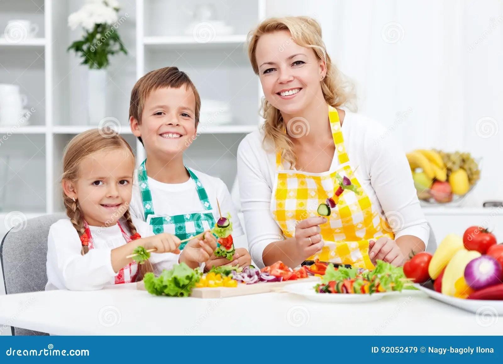 kid kitchens kitchen linens 与他们的母亲的小孩在厨房里库存图片 图片包括有营养 胡椒 孩子 食物 与他们的母亲的小孩在厨房 准备里一顿健康菜快餐