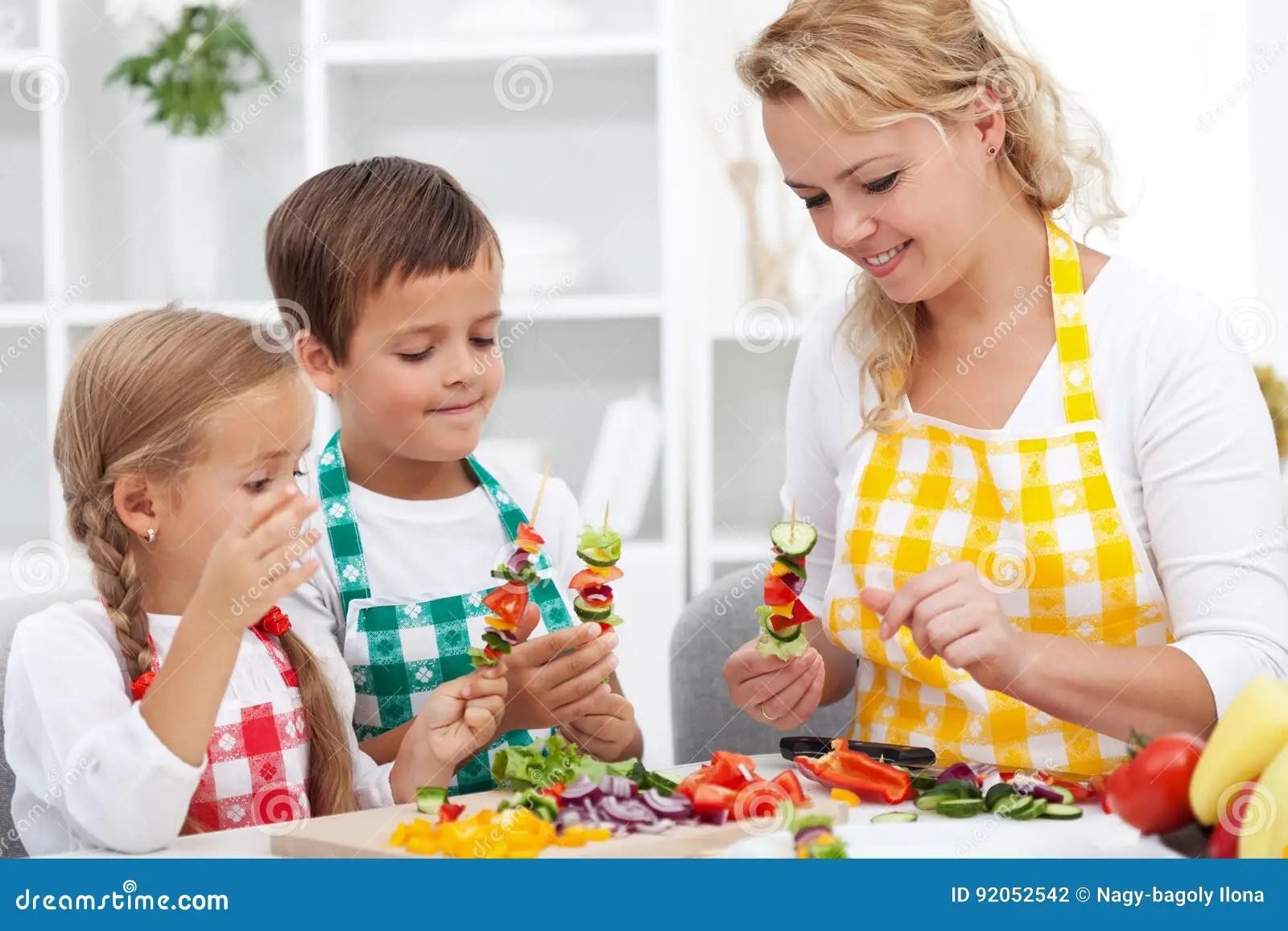 kid kitchens storage space in kitchen 与他们的母亲的小孩在厨房 准备里vegeta 库存照片 图片包括有系列 子项 与他们的母亲的小孩在准备菜快餐 健康吃概念的厨房里