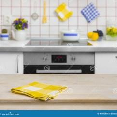 In Stock Kitchens Small Kitchen Plans 与黄色餐巾的木桌在厨房背景库存照片 图片包括有空间 广告 现代 长凳 与黄色餐巾的木桌在厨房背景
