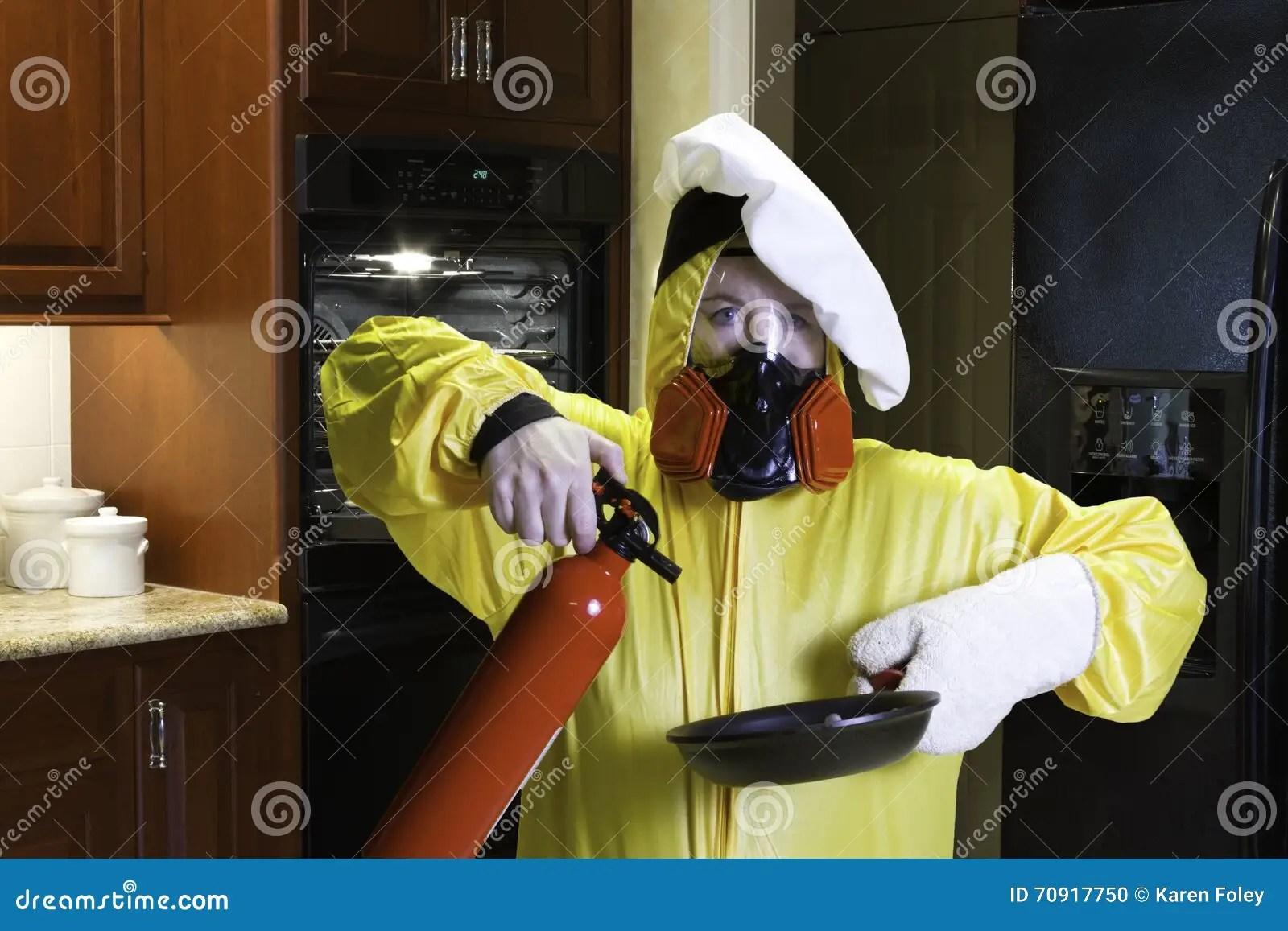 kitchen ventilator overstock faucets 与hazmat和灭火器的厨房灾害库存照片 图片包括有成熟 帽子 妈妈 烹调 hazmat衣服的妇女和人工呼吸机佩带的厨师的帽子不采取行动灭火器和平底锅在厨房里