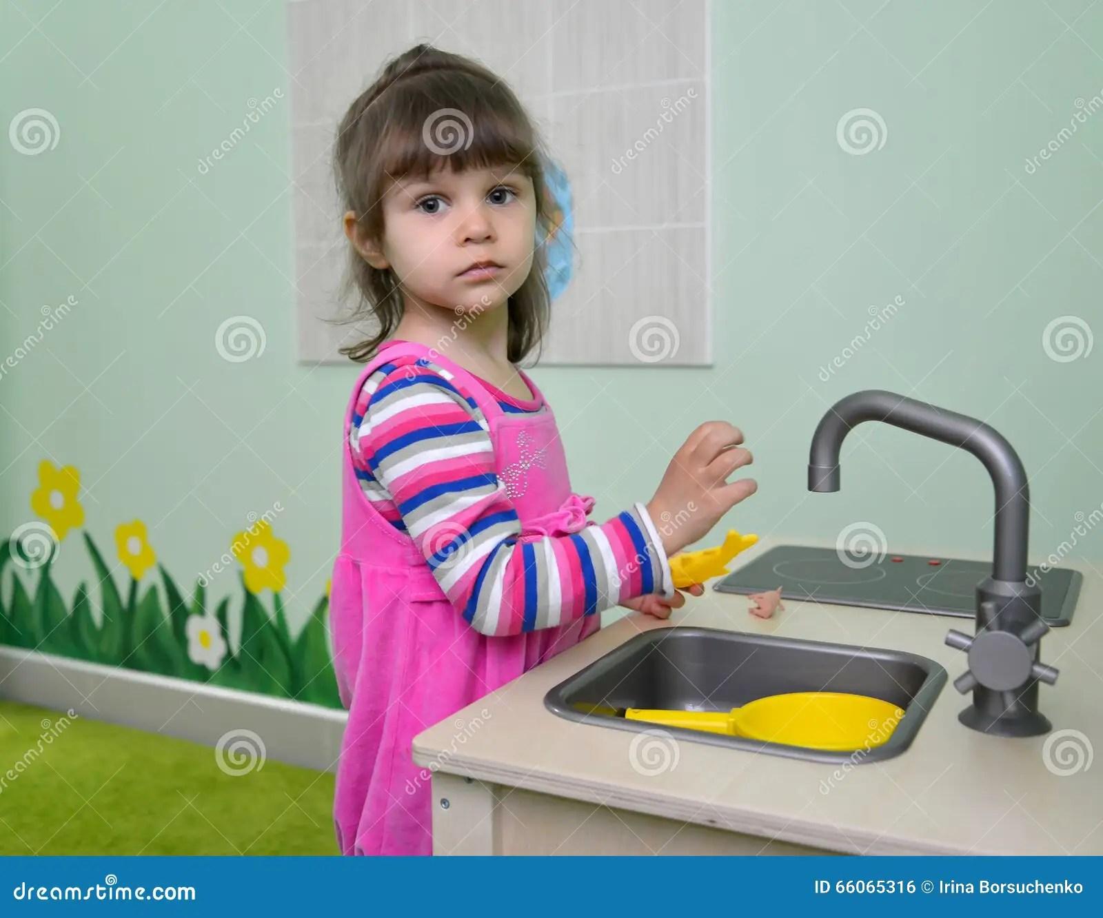 childrens kitchens kitchen gifts 两岁小孩女孩戏剧对于儿童厨房库存照片 图片包括有空间 衣裳 水槽 两岁小孩女孩戏剧对于儿童厨房