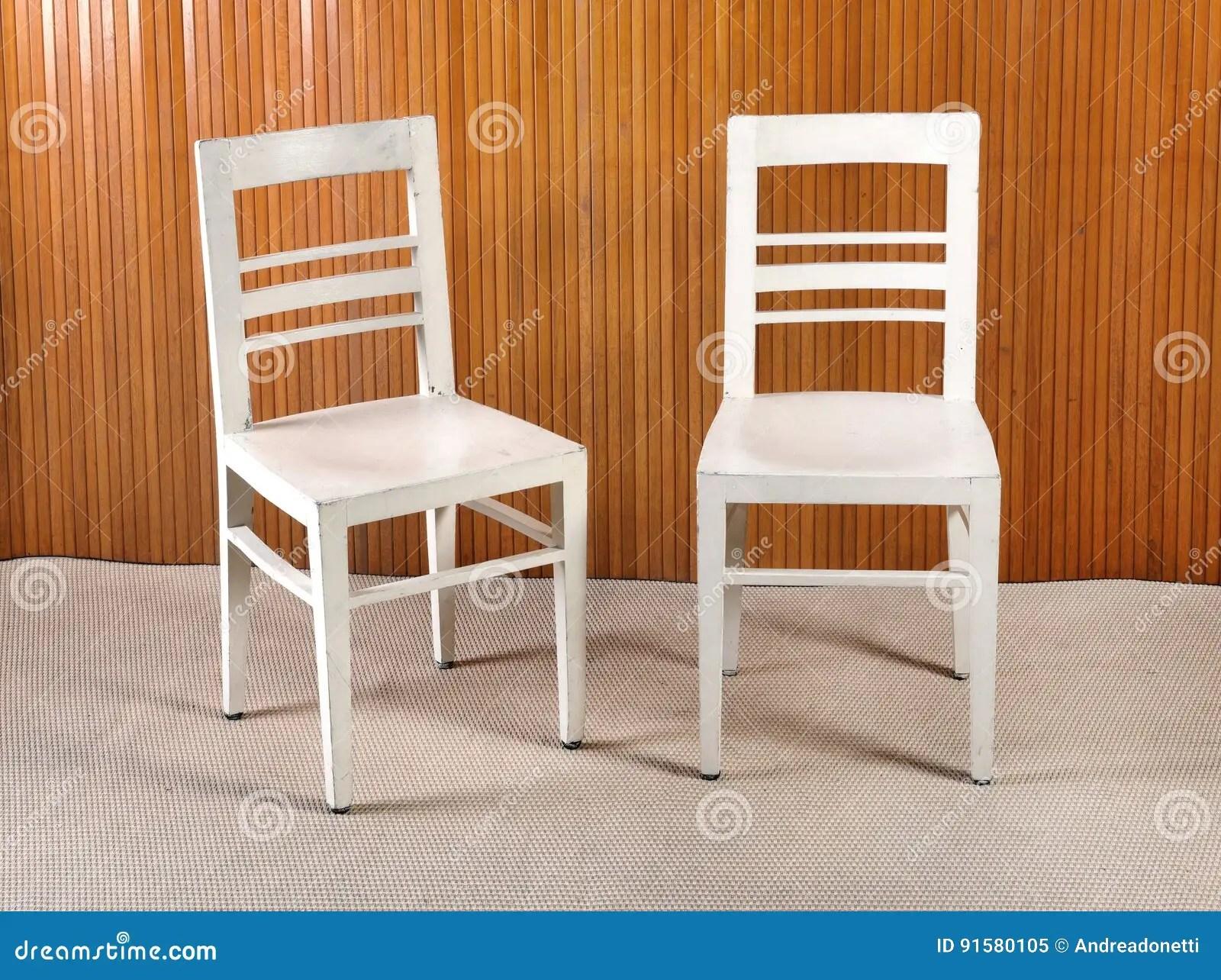 wood kitchen chairs price pfister faucet replacement parts 两把简单的白色被绘的木厨房椅子库存图片 图片包括有位子 厨房 家具 两把简单的白色被绘的木厨房椅子