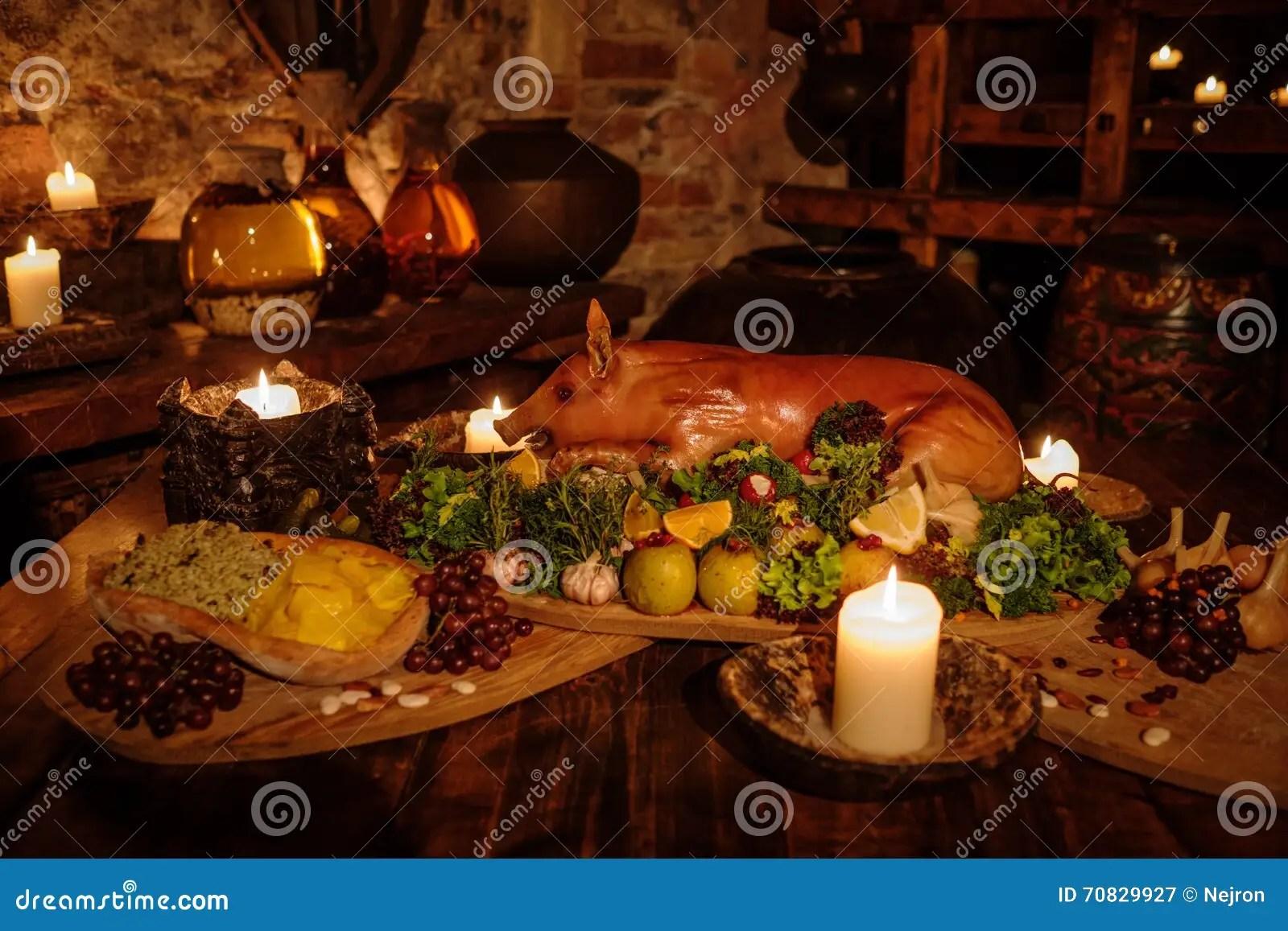 kitchen bistro table cabinets pictures 中世纪古老厨房用桌用在皇家城堡的典型的食物库存图片 图片包括有夫人 中世纪古老厨房用桌用在皇家城堡的典型的食物