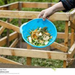 Kitchen Composter Decorative Accessories 为堆肥会集的有机厨房废物库存照片 图片包括有施肥 现有量 粮食 庭院 有机厨房废物为堆肥会集了在庭院里自然从事园艺 废排序 食品废弃部概念