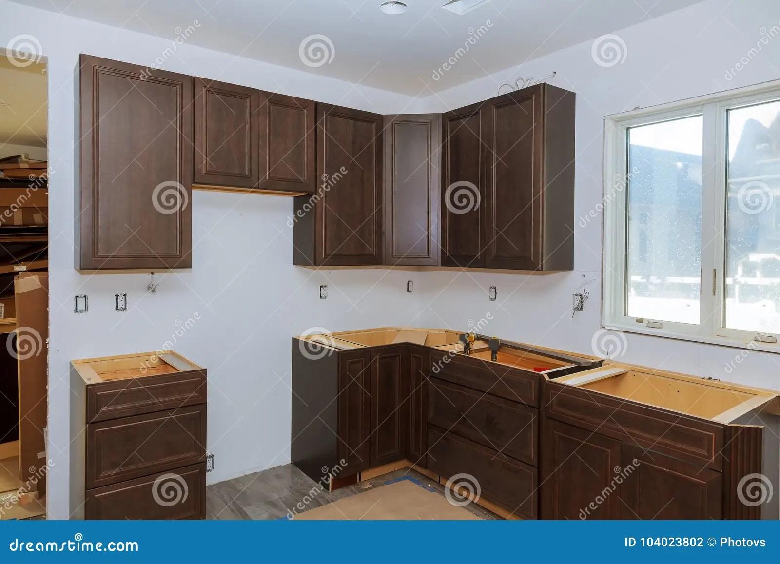 base kitchen cabinets compost container 习惯厨柜以设施基地各种各样的阶段海岛的在中心库存照片 图片包括有笤帚 习惯厨柜以设施基地各种各样的阶段海岛的在中心