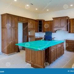 Base Kitchen Cabinets Cement Sink 习惯厨柜以设施基地各种各样的阶段海岛的在中心库存图片 图片包括有归纳 习惯厨柜以设施基地各种各样的阶段海岛的在中心