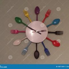 Rustic Kitchen Clock Tall Storage Cabinet 五颜六色的厨房利器壁钟库存图片 图片包括有叉子 现有量 重婚 来回 五颜六色的厨房利器壁钟