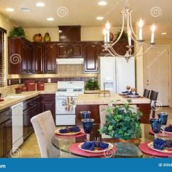 Corner Hutch Kitchen Extractor Fan 住宅厨房和用餐角落库存照片 图片包括有房间 标准 黑暗 灌肠器 玻璃 与餐位餐具的圆的玻璃用餐的角落桌厨房在背景中白色装置黑暗的木内阁有木酒吧位子的瓦片海岛瓦片柜台