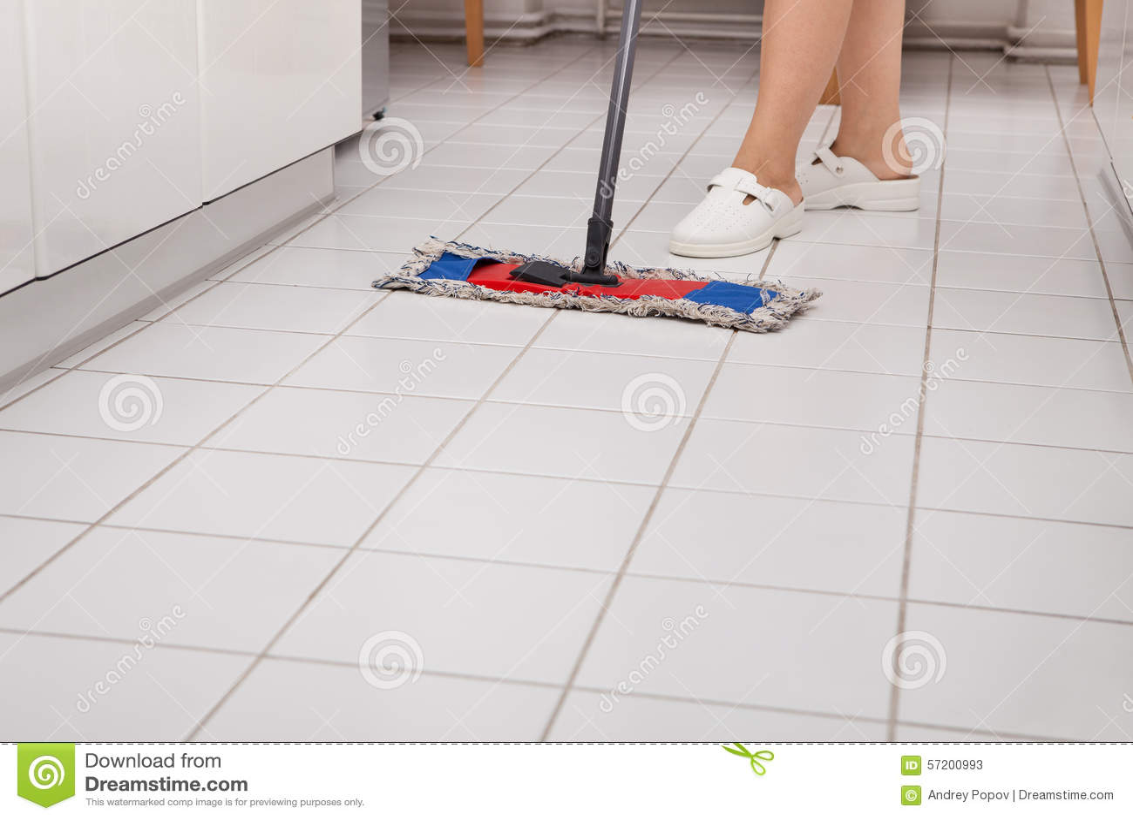 cleaning kitchen floors cupboards for 年轻佣人清洁厨房地板库存图片 图片包括有行业 笤帚 手工 白种人 年轻佣人清洁厨房地板