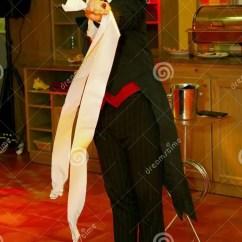 Kitchen Magician Reclaimed Cabinets 使用与火 由演员的表现魔术师魔术师罗马罗宋汤编辑类库存图片 图片包括 由魔术师的表现罗马罗宋汤一个美丽和轰烈的富人场面餐馆室内设计旅馆朱鹭 圣彼德堡 俄罗斯的家厨房