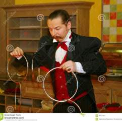 Kitchen Magician Tall Garbage Can 使用与火 由演员的表现魔术师魔术师罗马罗宋汤编辑类照片 图片包括有 一个美丽和轰烈的富人场面餐馆室内设计旅馆朱鹭 圣彼德堡 俄罗斯的家厨房由魔术师的表现罗马罗宋汤