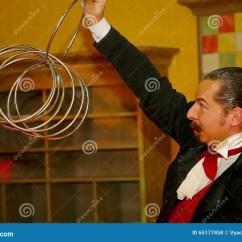 Kitchen Magician Countertop Decor 使用与火 由演员的表现魔术师魔术师罗马罗宋汤编辑类库存照片 图片包括 一个美丽和轰烈的富人场面餐馆室内设计旅馆朱鹭 圣彼德堡 俄罗斯的家厨房由魔术师的表现罗马罗宋汤