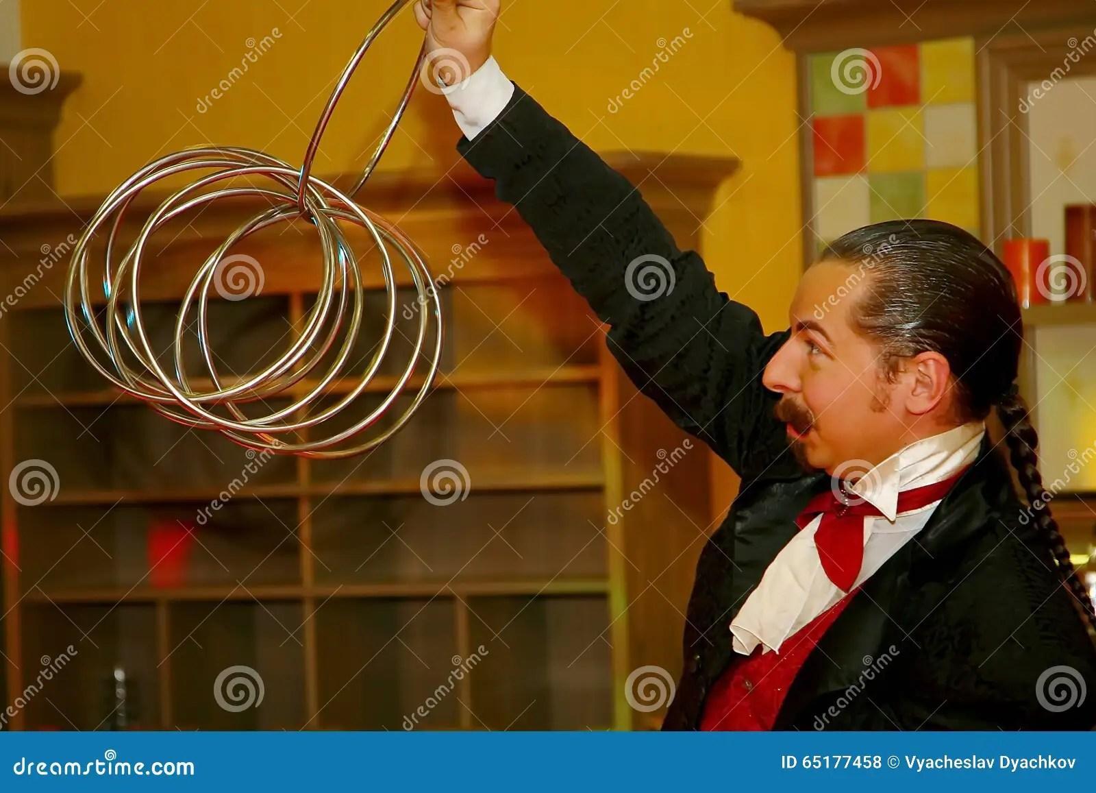 kitchen magician best stoves 使用与火 由演员的表现魔术师魔术师罗马罗宋汤编辑类库存照片 图片包括 一个美丽和轰烈的富人场面餐馆室内设计旅馆朱鹭 圣彼德堡 俄罗斯的家厨房由魔术师的表现罗马罗宋汤
