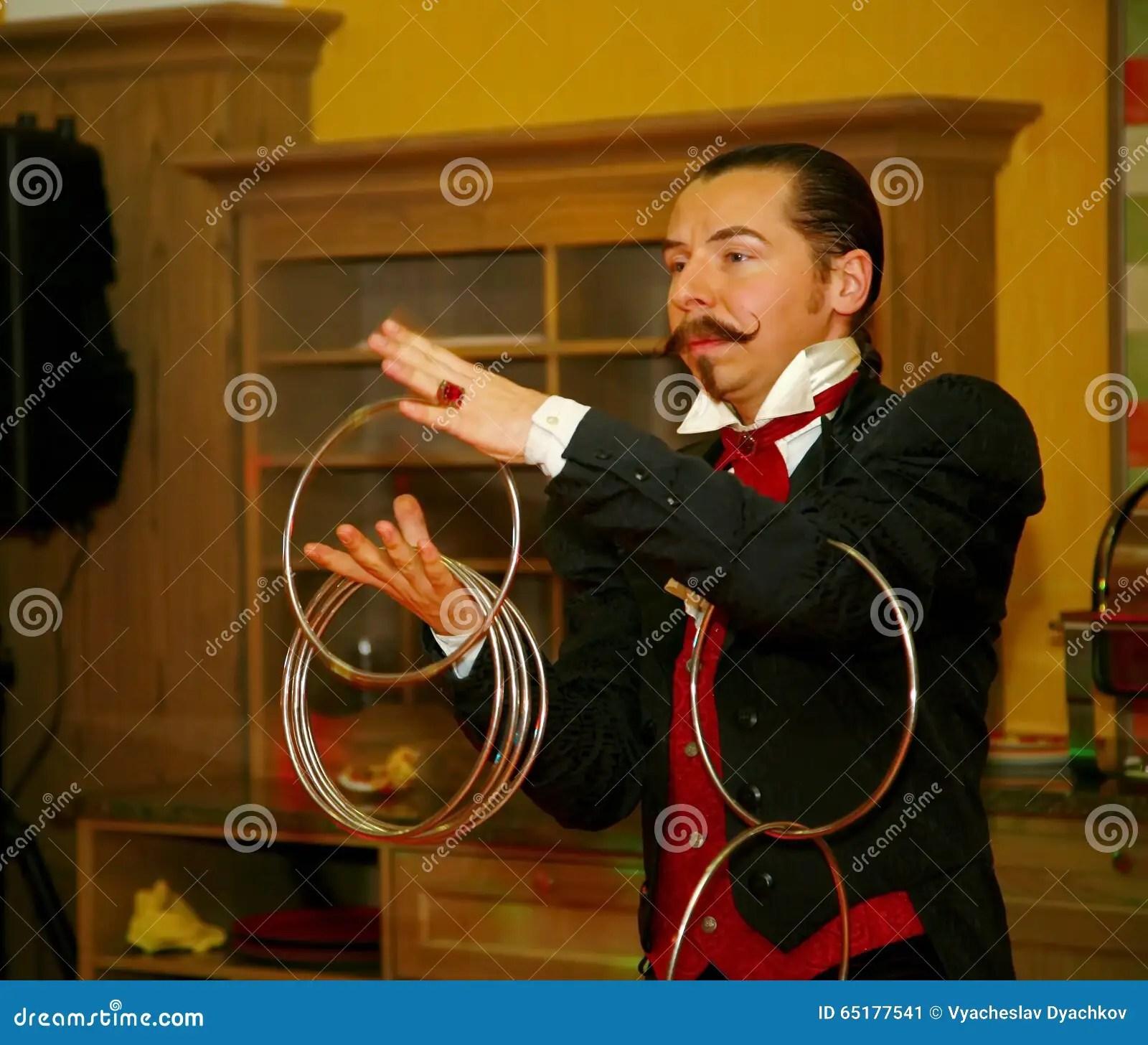 kitchen magician modern undermount sink 使用与火 由演员的表现魔术师魔术师罗马罗宋汤编辑类照片 图片包括有 一个美丽和轰烈的富人场面餐馆室内设计旅馆朱鹭 圣彼德堡 俄罗斯的家厨房由魔术师的表现罗马罗宋汤