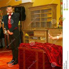 Kitchen Magician Funnel 使用与火 由演员的表现魔术师魔术师罗马罗宋汤编辑类照片 图片包括有 一个美丽和轰烈的富人场面餐馆室内设计旅馆朱鹭 圣彼德堡 俄罗斯的家厨房由魔术师的表现罗马罗宋汤