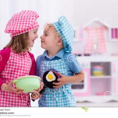 Kitchen Kid American Standard Porcelain Sink 使用与玩具厨房的孩子库存照片 图片包括有制动手 鸡蛋 烹调 厨房 男 使用与玩具厨房的孩子