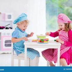 Kids Wood Kitchen Pendant Lights 使用与玩具厨房的孩子库存照片 图片包括有托儿 子项 主厨 厨房 婴孩 使用与玩具厨房的孩子