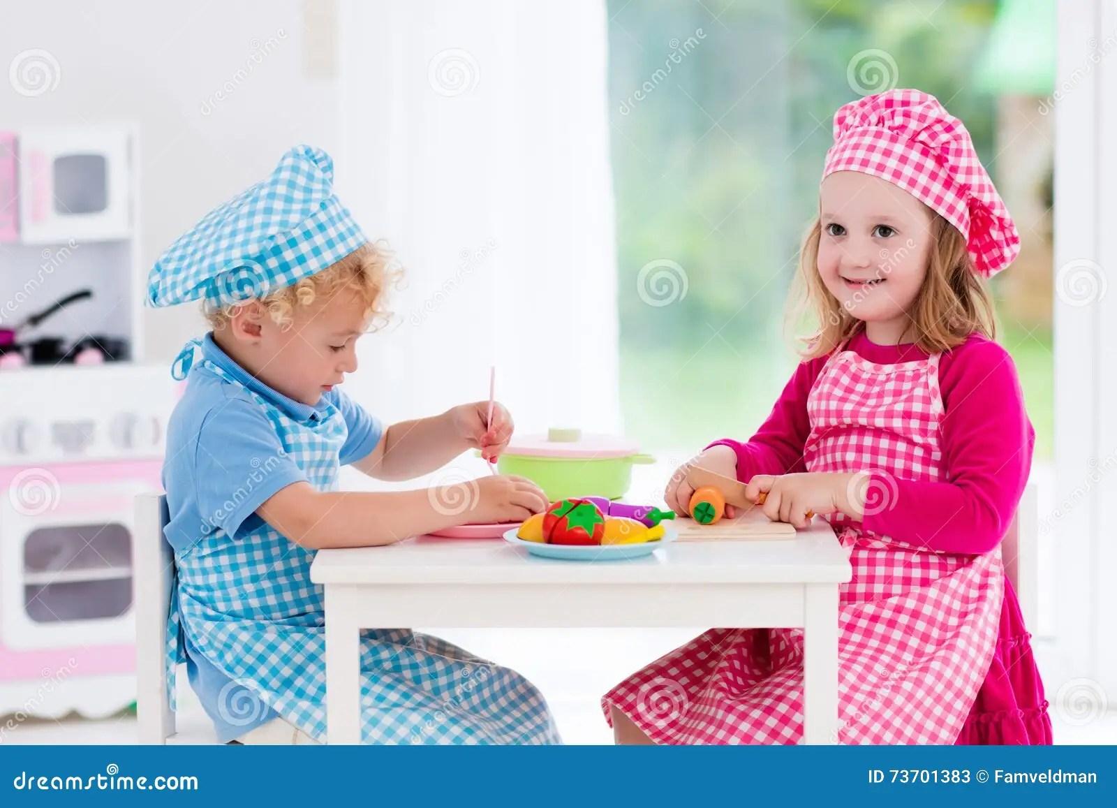 kids wood kitchen lantern pendants 使用与玩具厨房的孩子库存图片 图片包括有主厨 厨房 塑料 子项 托儿 使用与玩具厨房的孩子