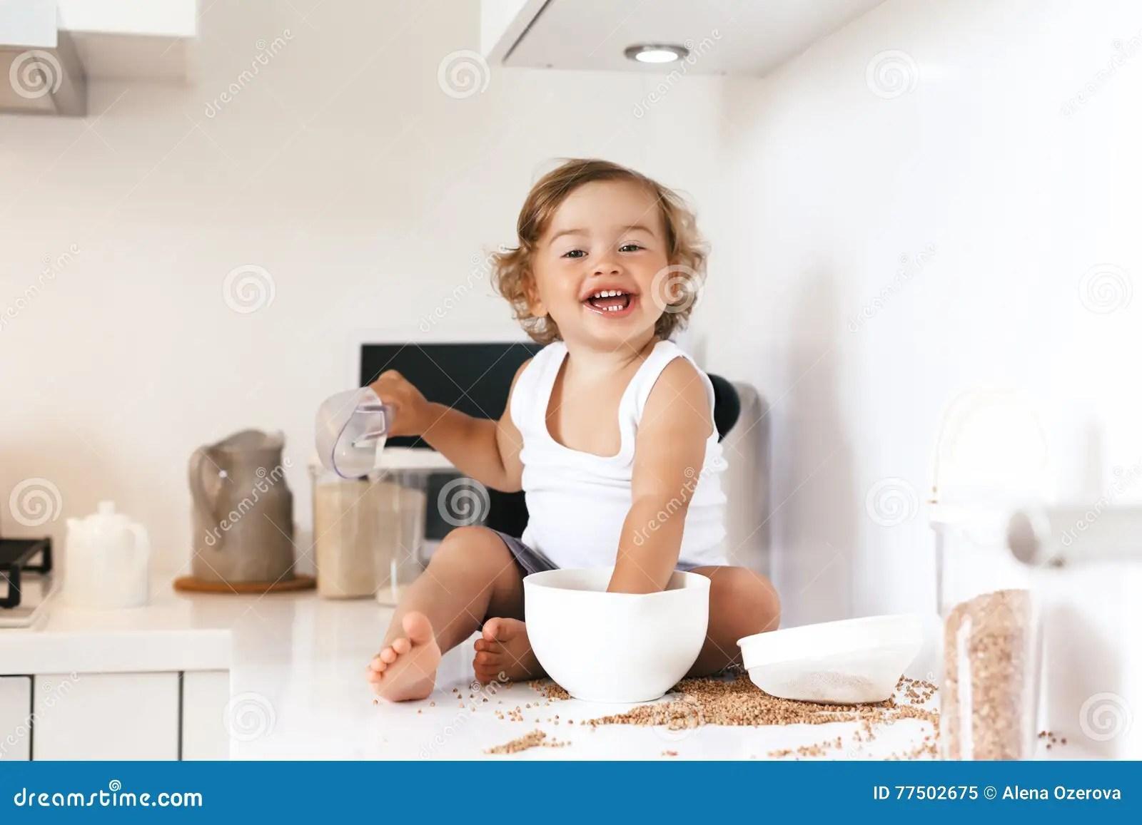kid kitchens quartz kitchen sinks 使用在厨房的小孩库存图片 图片包括有食物 人力 干净 厨房 内部 1 4岁使用与单独食品成分和器物的儿童在白色厨房用桌里