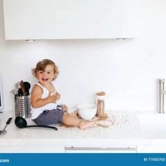 Kid Kitchens American Standard Kitchen Sink 使用在厨房的小孩库存图片 图片包括有食物 厨房 小孩 辅助工 乐趣 1 4岁使用与单独食品成分和器物的儿童在白色厨房用桌里