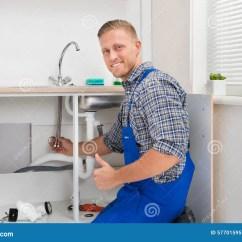 Kitchen Faucet Adapter Hooks 修理龙头的水管工在厨房里库存图片 图片包括有整体 房子 修理 杂物工 修理龙头的水管工在厨房里