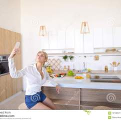 Kitchen Phone Recycle Bin 做在电话的美丽的妇女selfie在厨房t背景库存图片 图片包括有全能 做在电话的美丽的妇女selfie在厨房t背景