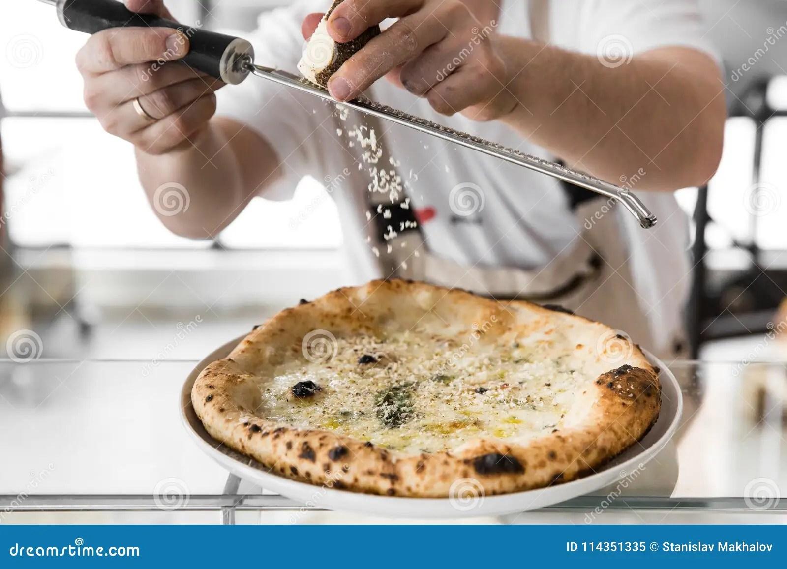 kitchen chief pots 做薄饼的厨师面包师的特写镜头手在厨房厨师摩擦乳酪库存图片 图片包括有 做薄饼的厨师面包师的特写镜头手在厨房厨师摩擦乳酪