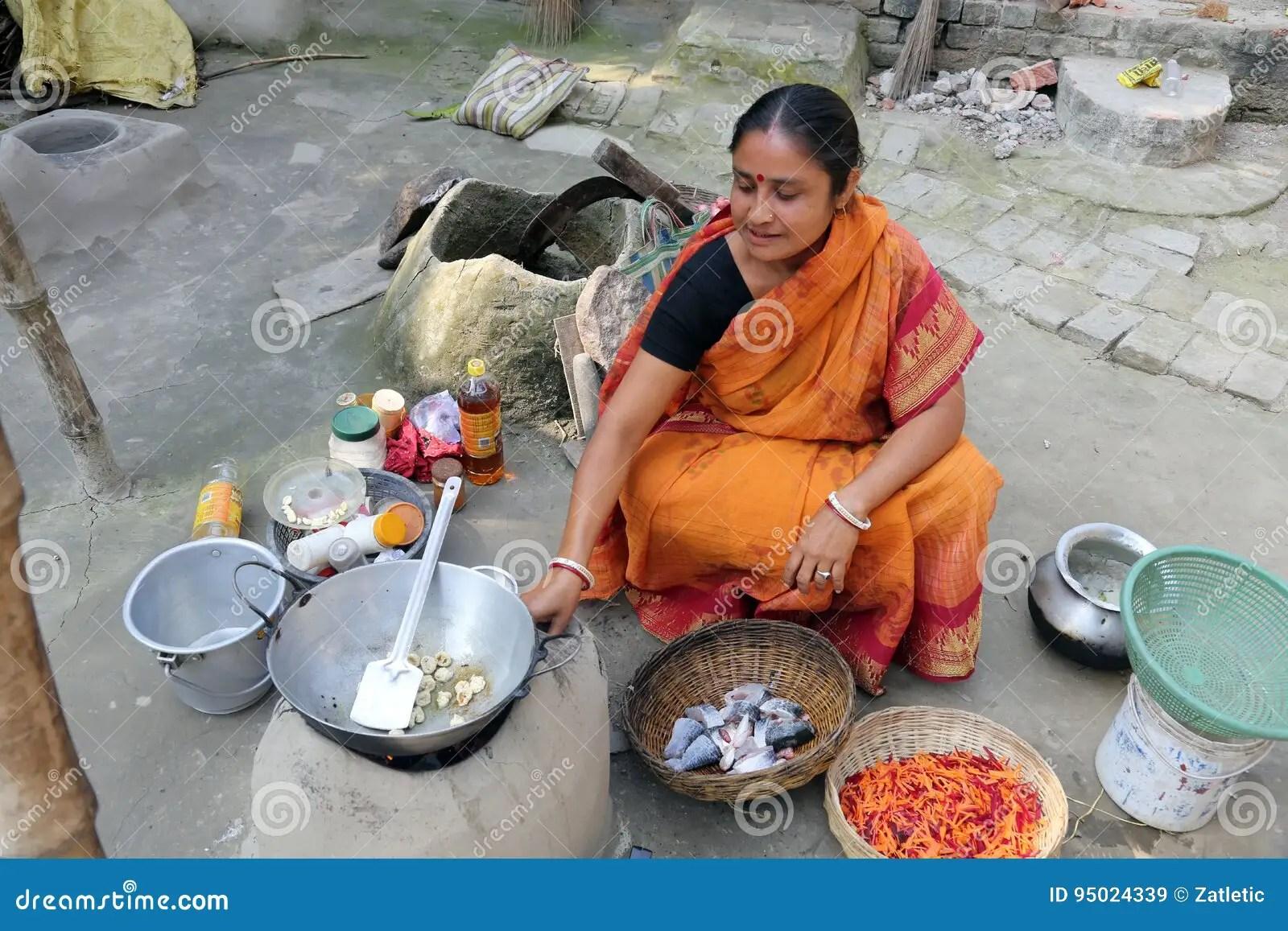 kitchens of india kitchen aid slide in range 做食物传统方式在老厨房在村庄 kumrokhali 印度里开火编辑类库存图片 印度里开火
