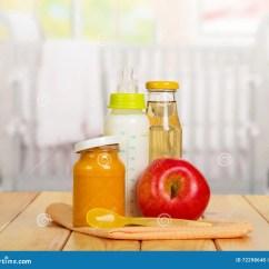 Ellas Kitchen Baby Food Placemats 健康婴儿食品 牛奶 汁液 纯汁浓汤 在背景厨房的苹果库存照片 图片 在背景厨房