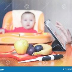 Ellas Kitchen Baby Food Brown Backsplash 婴儿食品的准备库存照片 图片包括有提供 婴孩 童年 计算机 素食主义 婴儿食品的准备食谱婴孩关心 健康营养 膳食用途片剂个人计算机和互联网有wifi的厨房 家新鲜水果 香蕉 苹果 修剪