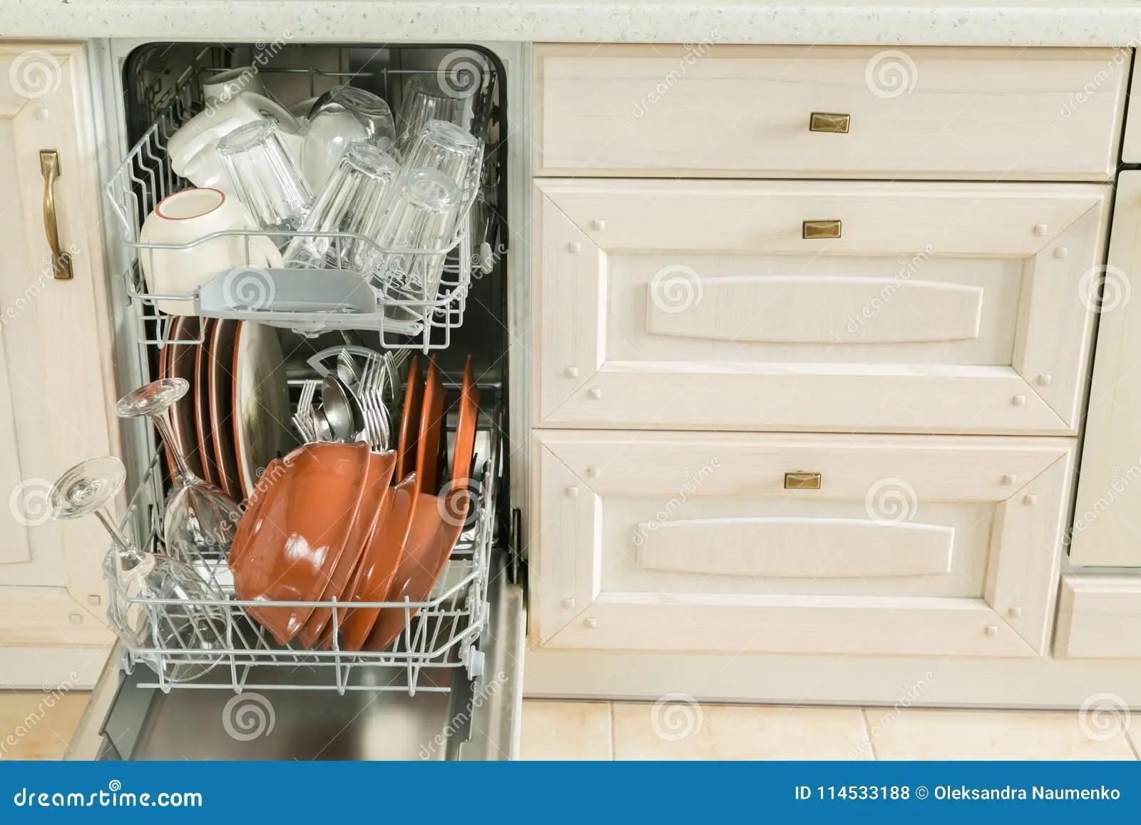 kitchen dishwashers wolf design 充分洗碗机有干净的盘的在厨房背景中库存照片 图片包括有扁平的餐具 充分洗碗机有干净的盘的在厨房背景 拷贝空间中