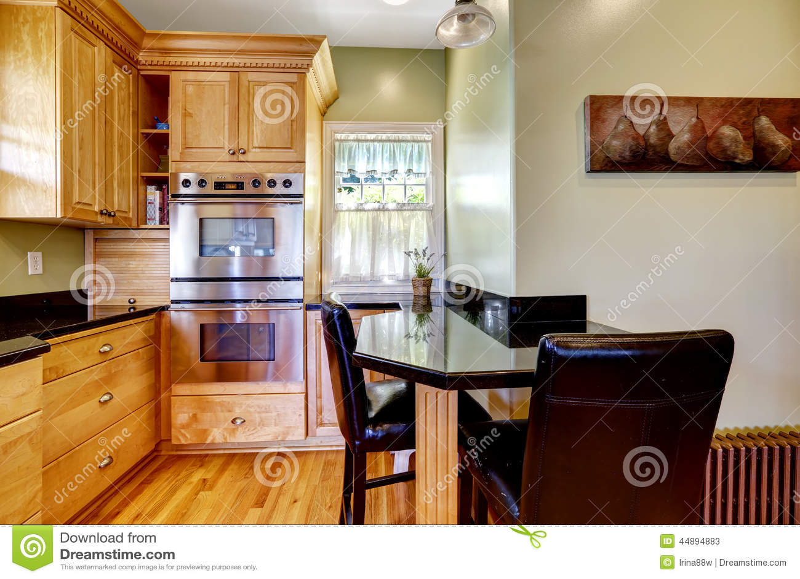 small kitchen table set pre cut granite countertops 光定调子有小餐桌和椅子的厨房室库存图片 图片包括有装备 木头 空间 光定调子有小餐桌和椅子的厨房室