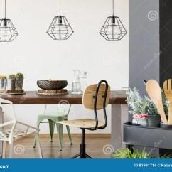 Kitchen Cart Table Home Depot Cabinets Sale 共同桌和吊灯库存照片 图片包括有垂饰 房子 厨房 草本 平面 当代 有共同桌的 椅子 吊灯 厨房推车室
