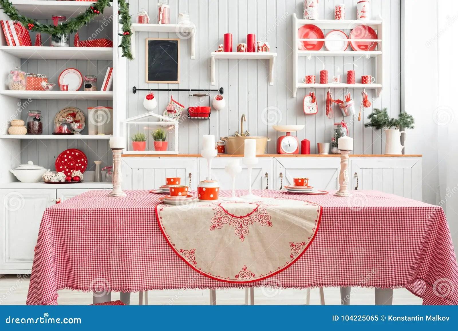 kitchen prep table mitts 内部浅灰色的厨房和红色圣诞节装饰在家准备午餐在厨房概念在桌上的焦点和 内部浅灰色的厨房和红色圣诞节装饰在家准备午餐在厨房概念