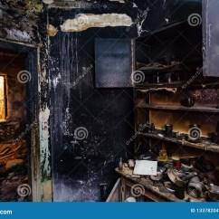 Ash Kitchen Cabinets Storage Cabinet 内部被烧的房子被烧的家具 厨柜 被烧焦的墙壁和天花板在黑煤灰库存图片 被烧焦