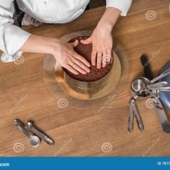 Kitchen Prep Table Rustic Chairs 准备在与厨具 顶视图的厨房用桌上的巧克力蛋糕库存照片 图片包括有 顶视图的厨房用桌上的巧克力蛋糕