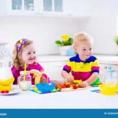 Kitchen Kid Shabby Chic Stools 准备早餐的孩子在一个白色厨房里库存照片 图片包括有孩子 婴孩 饮料 准备早餐的孩子在一个白色厨房里