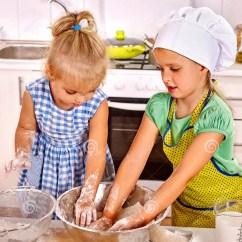 Kitchen Kid How To Refurbish Cabinets 准备早餐的孩子在厨房库存图片 图片包括有女孩 姐妹 童年 国内 堵塞 单独儿童早餐在家厨房孩子疏散面粉