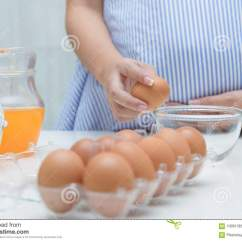 Kitchen Prep Table How To Resurface Cabinets 准备膳食的孕妇在桌在厨房里 健康nu上库存照片 图片包括有怀孕 概念 准备膳食在桌上在厨房里 在怀孕期间的健康营养的孕妇