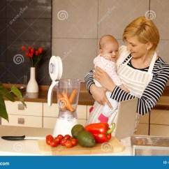 Ellas Kitchen Baby Food Overstock Sinks 准备婴儿食品的年轻母亲库存图片 图片包括有厨房 藏品 颜色 女儿 准备婴儿食品的年轻母亲