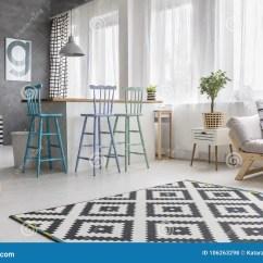 Small Kitchen Rugs Knife Sets For Sale 几何地毯在客厅库存照片 图片包括有投反对票 现代 共同 开放 用餐 几何地毯在有蓝色高凳的宽敞客厅在小厨房 蒲团和内阁有植物的在沙发旁边