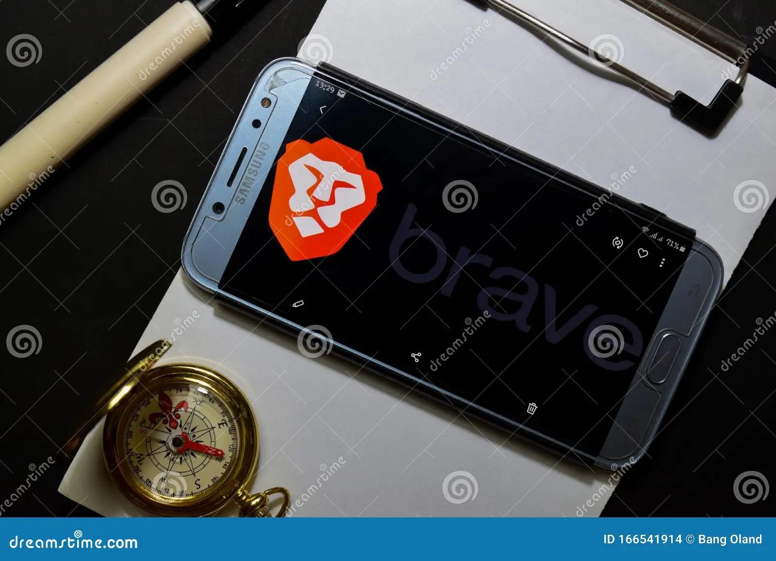 勇敢瀏覽器:Smartphone屏幕上的Fast Adblocker開發應用 Brave Browser是Brave Software開發的免費網絡瀏覽器 編輯類庫存 ...