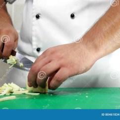 Traveling Kitchen Country Decorations 厨师切开了茄子大厨刀 以工作的形式专业旅行厨房厨师餐馆厨师 准备影视 准备影视素材 视频包括有调味汁 现有量 80461834
