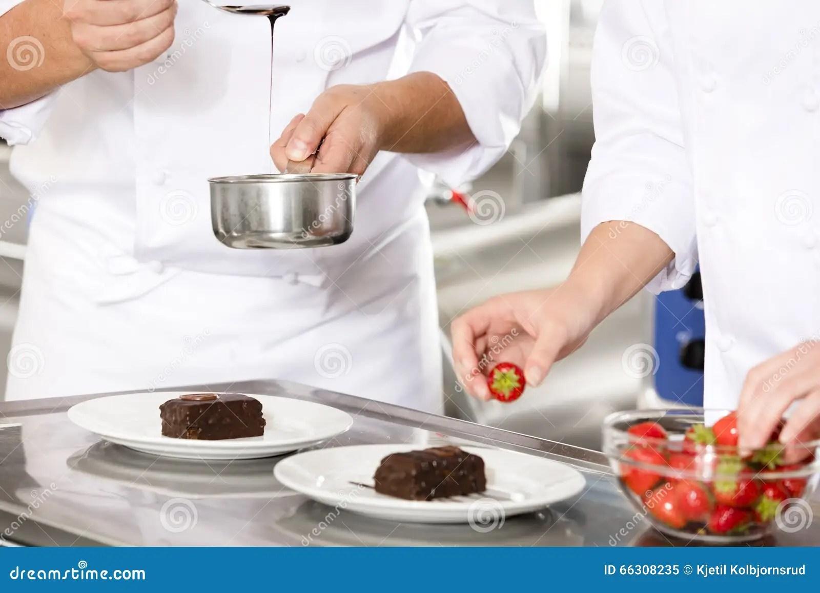 kitchen chef decor swan sinks 厨师在厨房里装饰点心蛋糕用巧克力汁库存图片 图片包括有食物 厨师 厨师在厨房里装饰点心蛋糕用巧克力汁
