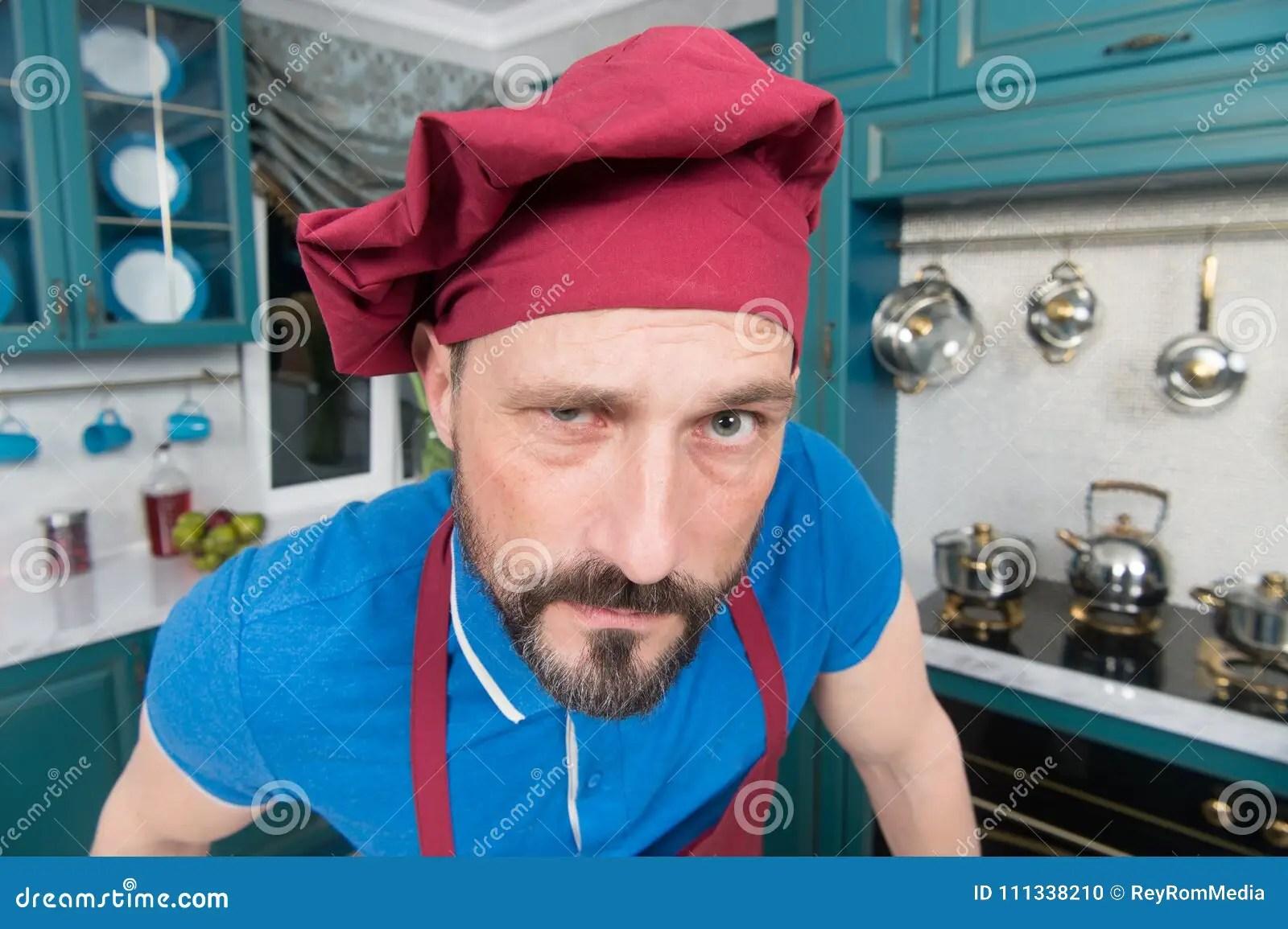 kitchen hats aid tv offer 厨师画象有可疑扫视的帽子的有胡子的厨师围裙的恼怒的人在厨房有困惑的 帽子的有胡子的恼怒的厨师围裙的恼怒的人在厨房有困惑的神色的有胡子的人有可疑扫视的厨师厨师画象帽子的