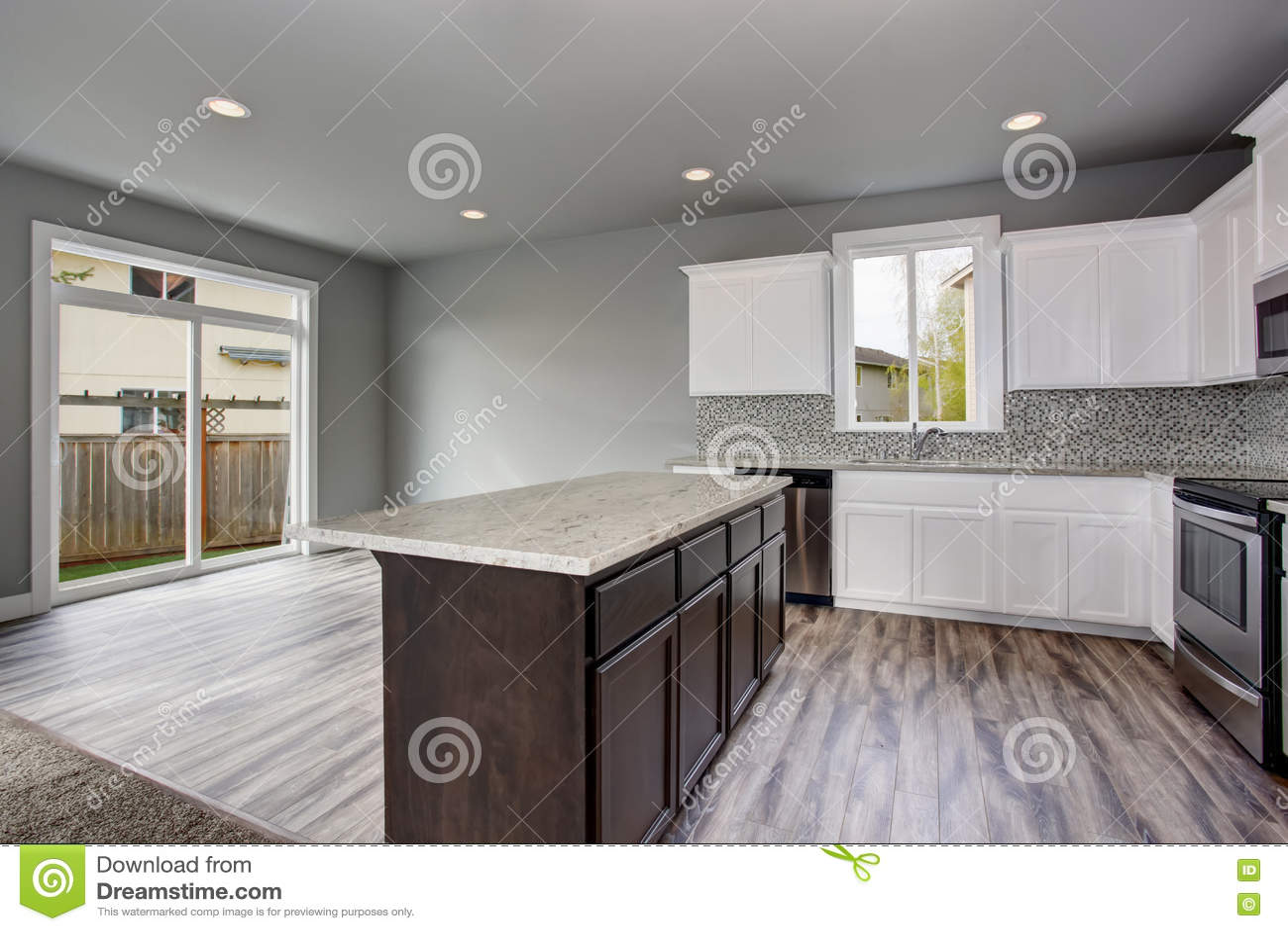 backyard kitchens nautical kitchen hardware 厨房一个空的房子的室内部忽略后院的玻璃门库存照片 图片包括有现代 厨房一个空的房子的室内部忽略后院的玻璃门