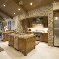 Kitchen Package Appliance Shelf 厨房包围与在天花板的聚光灯库存图片 图片包括有出气孔 没人 海岛 与聚光灯的被暴露的石厨房周围在木天花板